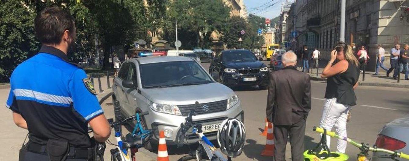 У Львові водійка наїхала на поліцейського з велопатруля: постраждалий у лікарні