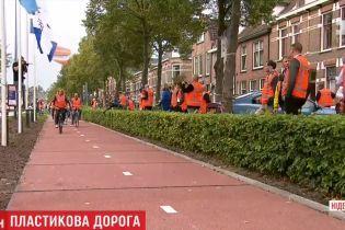 В Нидерландах сделали дорогу из пластиковых бутылок