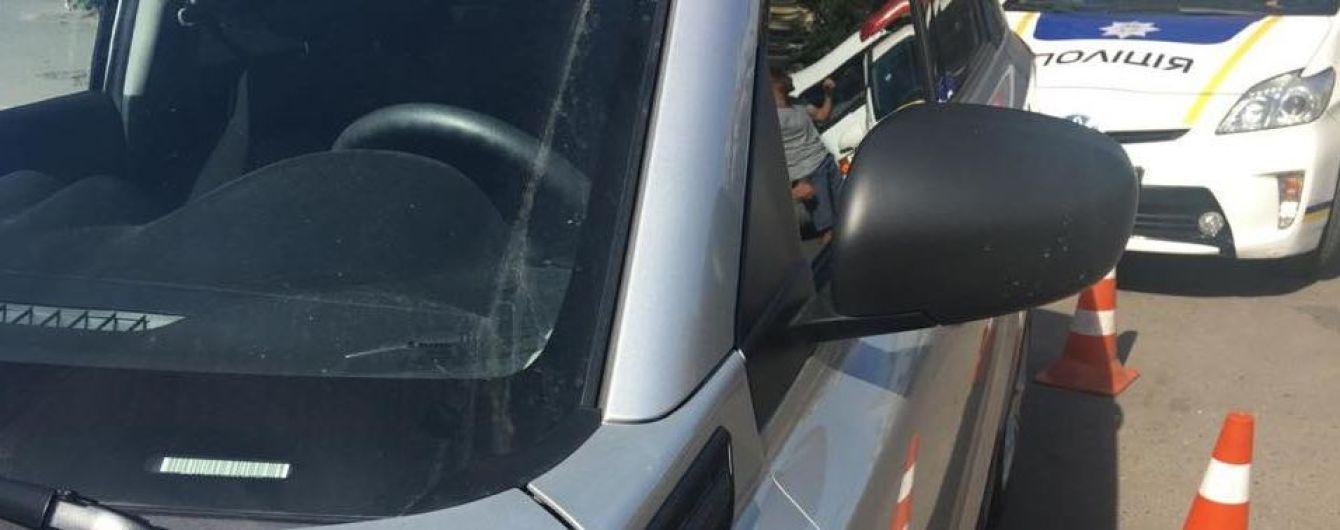 Ругалась и не пускала скорую. Полиция Львова опубликовала видео с женщиной, которая сбила патрульного