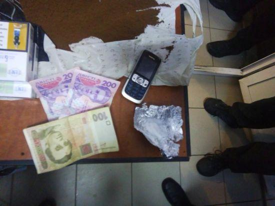 У Кропивницькому майора СІЗО схопили під час спроби пронести в'язням наркотики й телефон