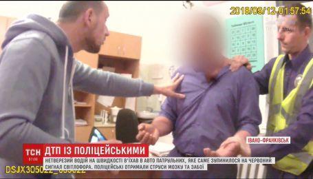 В Івано-Франківську водій на швидкості в'їхав в авто патрульних, що зупинилося на світлофорі