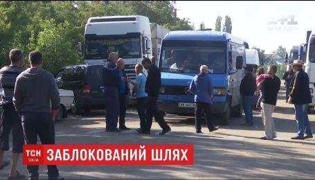 Жителі Миколаївщини третю добу блокують рух кількома дорогами, аби домогтися їх ремонту