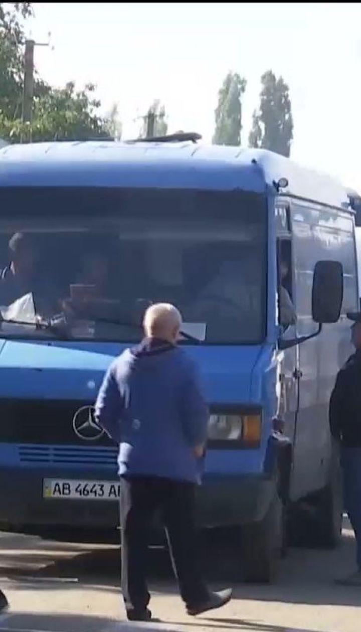 Жители Николаевщины третьи сутки блокируют движение несколькими дорогами, чтобы добиться их ремонта