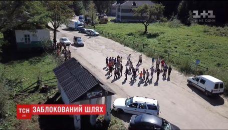 Селяне вышли на протест из-за ужасного состояния дороги на границе Буковины и Прикарпатья