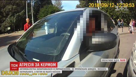 Во Львове водитель заблокировала дорогу скорой и наехала на копа
