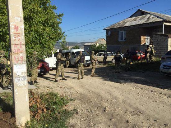 Окупанти провели обшуки у кримськотатарського активіста: двоє затриманих