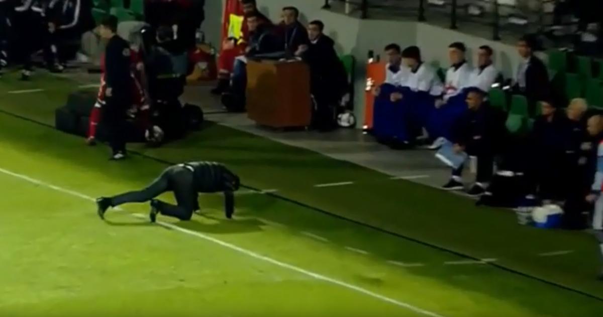 """Экс-тренер """"Шахтера"""" сильно облажался во время приема мяча спиной в матче Лиги наций"""
