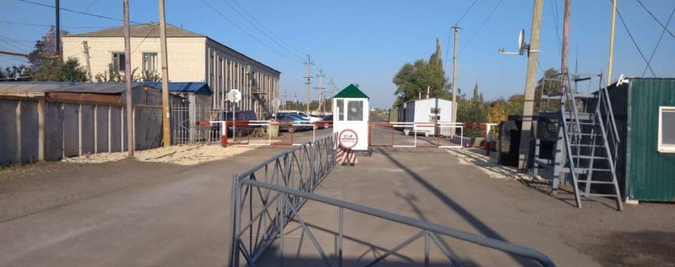 На Луганщине перенесли пункт пропуска, возле которого российские пограничники поставили столбы на дороге