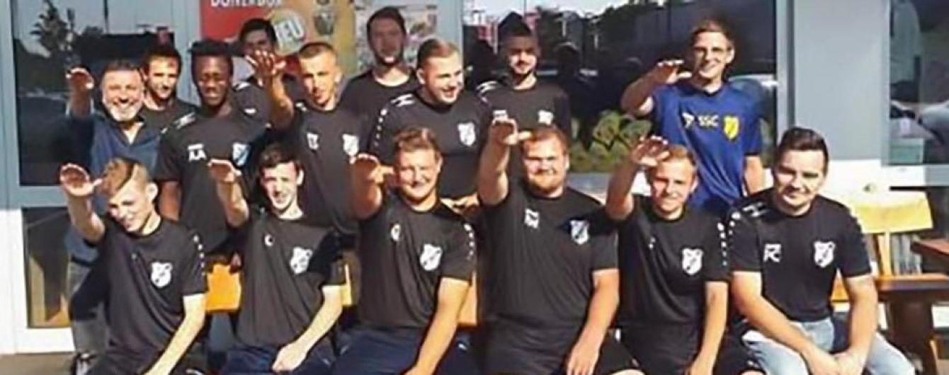 Німецький футбольний клуб вигнав з команди сімох футболістів через нацистське вітання
