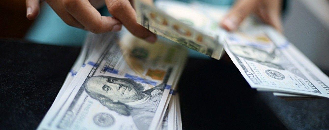 Українці активно скуповують у банках валюту й побили 4-річний рекорд
