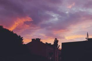 Багровое небо. Соцсети делятся фото удивительного заката в Киеве