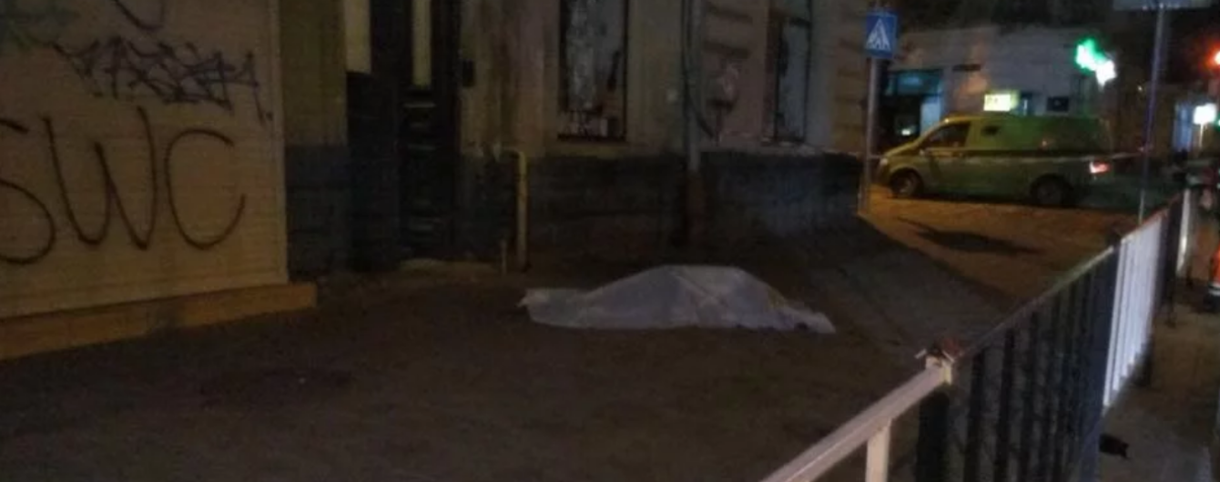 Во время падения со второго этажа во Львове насмерть разбилась девушка