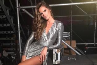 Выглядит роскошно: Изабель Гулар подчеркнула стройные ноги платьем с высоким разрезом