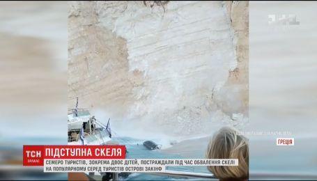 В Греции на головы пляжников сползла огромная каменная глыба