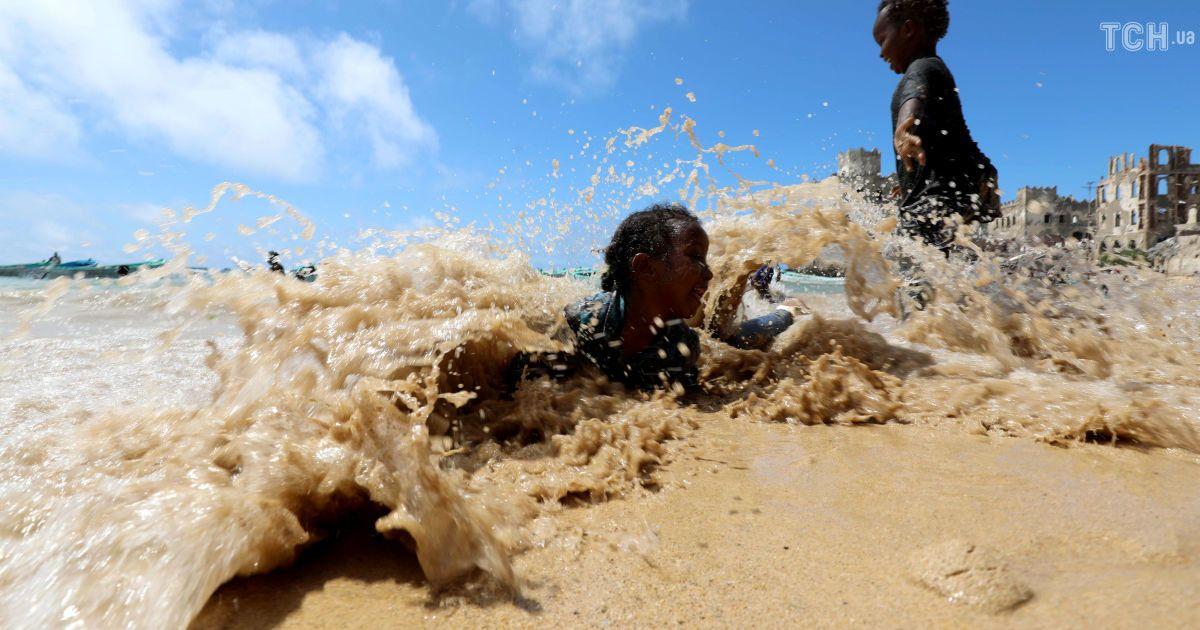 Буденне життя у Сомалі: рибалки носять рибу на плечах, а діти купаються в океані одягненими