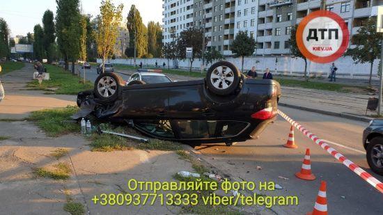 У Києві авто перевернулося на дах - травмувалися жінка й дитина. П'яний водій хотів утекти