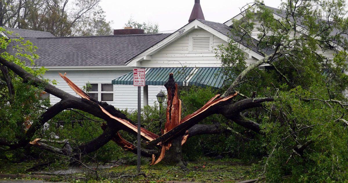 """Разбитые авто, вывороченные деревья и выбитые окна: в США бушует ураган """"Флоренс"""""""