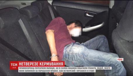 У Рівному патрульні намагалися зупинити водія, який був п'яний за кермом і з гранатою