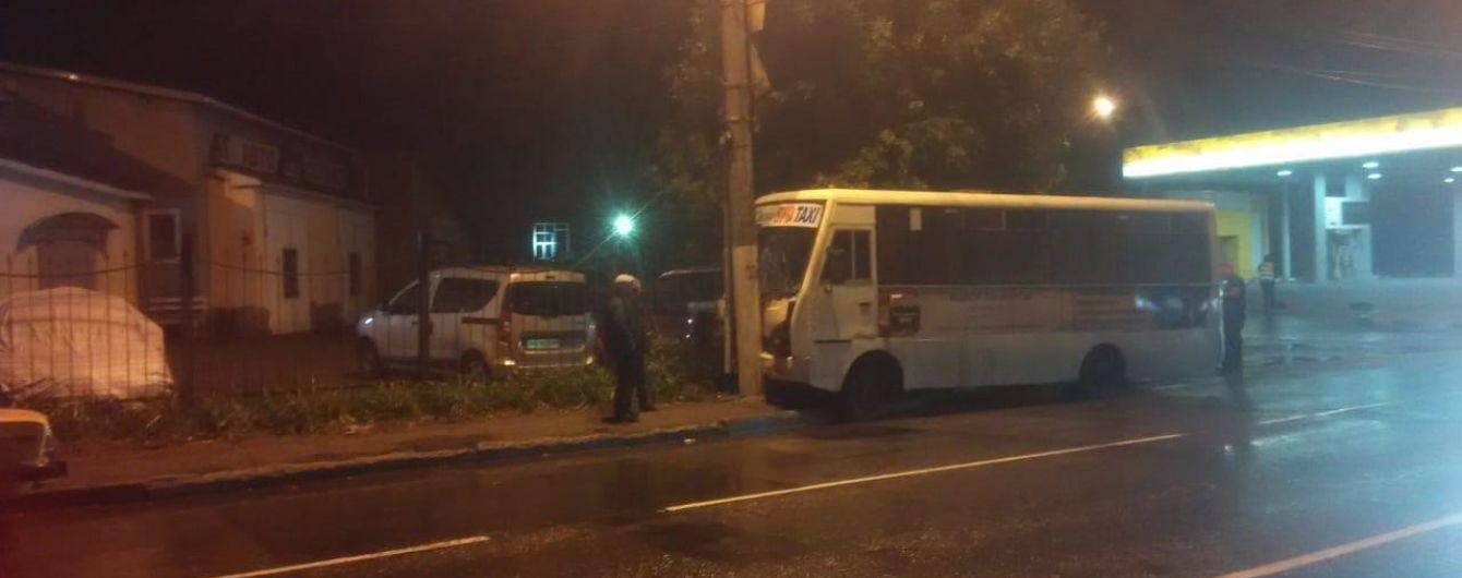 В Одесі маршрутка в'їхала в електроопору, дев'ятеро постраждалих