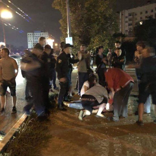 У Чернівцях автівка патрульних на смерть збила пішохода
