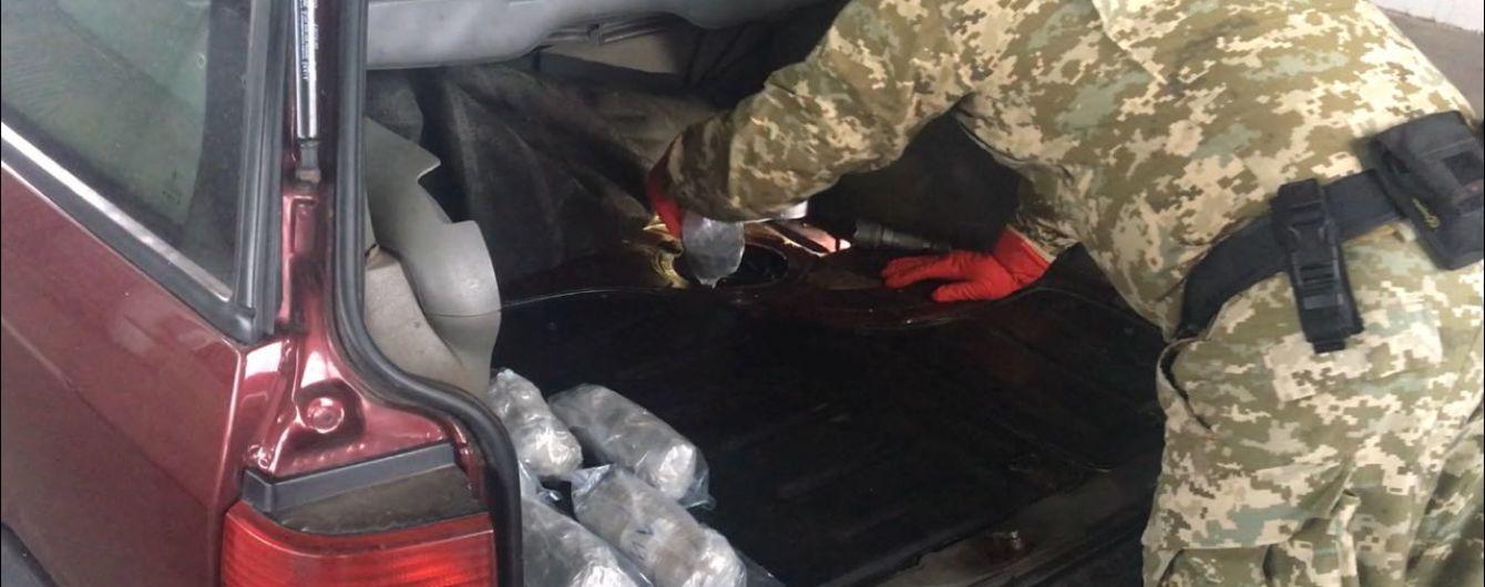 Пес-прикордонник виявив понад 20 кг наркотиків на пункті пропуску до РФ