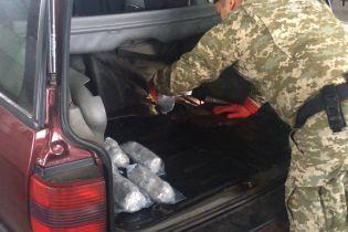 Пес-пограничник обнаружил более 20 кг наркотиков на пункте пропуска в РФ
