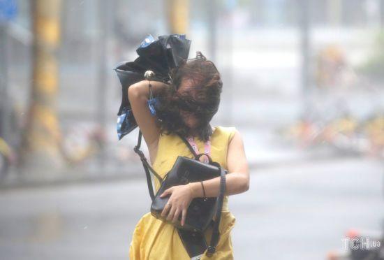"""На Китай насувається супертайфун """"Лекіма"""". Влада готується до удару стихії"""