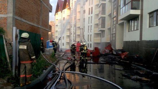 У Києві понад півсотні рятувальників гасять пожежу у недобудованій 5-поверхівці