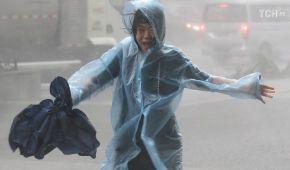 Скасовані рейси та сотні постраждалих: потужний тайфун атакував Гонконг