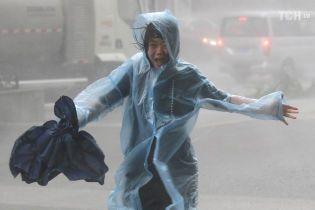 Отмененные рейсы и сотни пострадавших: мощный тайфун атаковал Гонконг