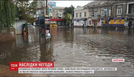 После сильного ливня затопило курортный Бердянск