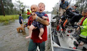 У США ураган уже забрав 16 життів, велика вода постійно прибуває й усе затоплює