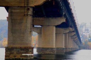 На мосту Патона произошел прорыв трубы во время гидравлических испытаний