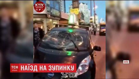 В Киеве возле станции метро Минская авто протаранило остановку, есть травмированные