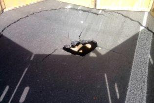 В Киеве возле Шулявского путепровода посреди дороги провалился асфальт