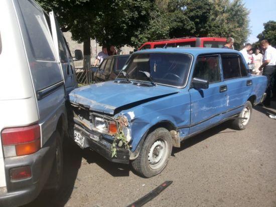У Чернівцях водій напідпитку пошкодив дев'ять автівок на вкраденій машині