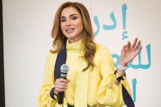 В желтой блузке и брюках-палаццо: королева Рания в стильном образе выступила на мероприятии