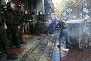 Вогонь, вода, бійки та сльозогінний газ: за кого билися під Генпрокуратурою