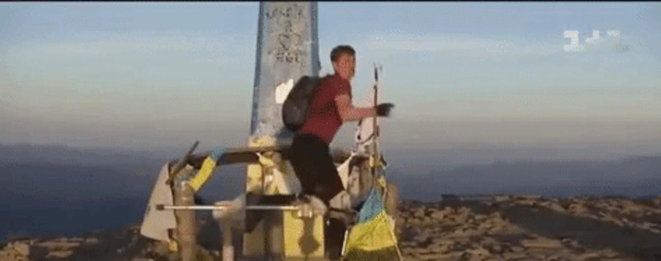 Олександр Свєтляков піднявся на Говерлу на ходулях