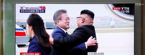 Улыбки и обьятия: Ким Чен Ын встретил президента Южной Кореи в аэропорту