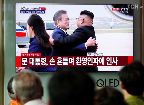 Усмішки та обійми: Кім Чен Ин зустрів президента Південної Кореї в аеропорту