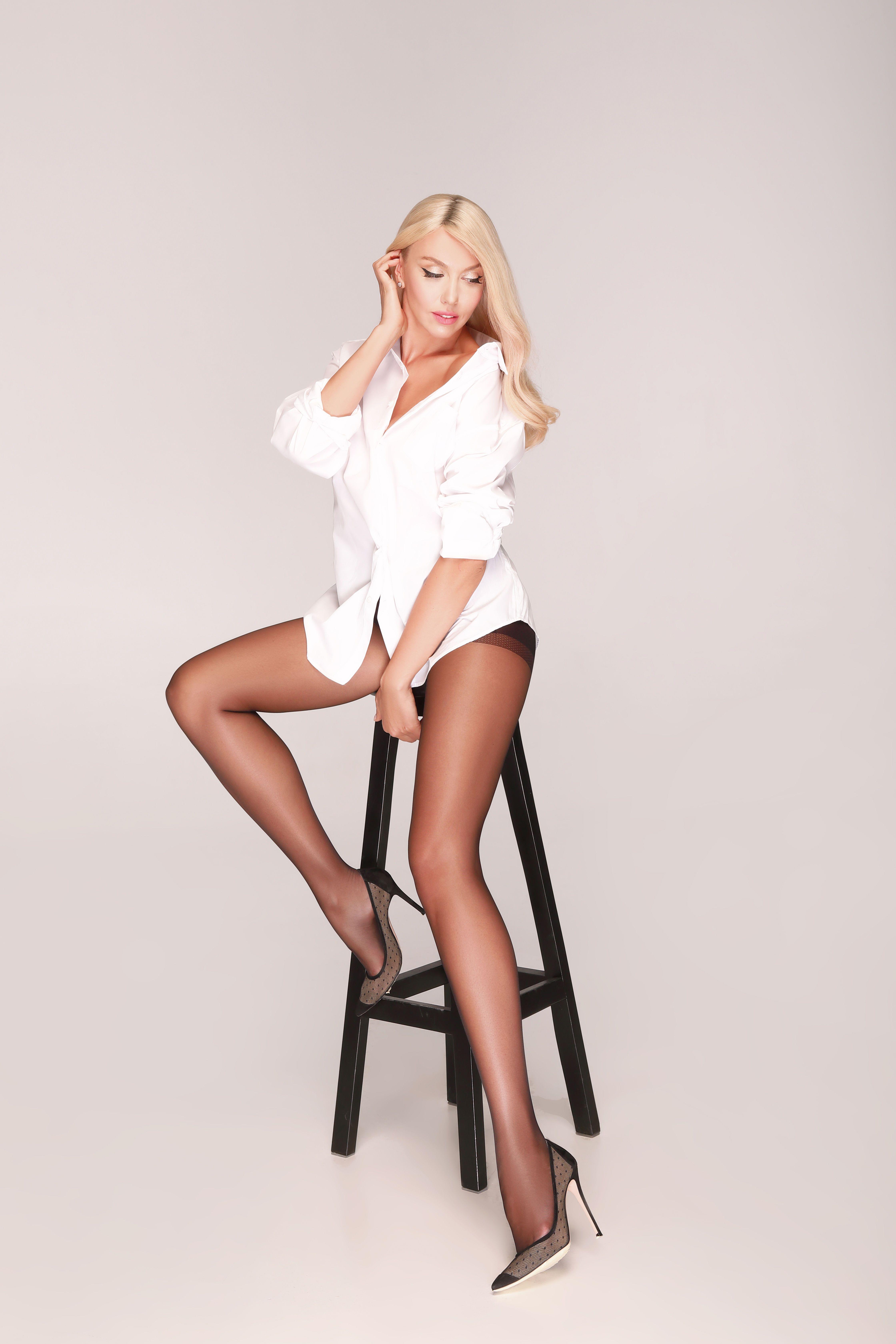 Розкішна Оля Полякова показала довгі ноги в панчохах (фото)
