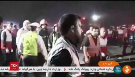 В Иране заполненный пассажирами автобус столкнулся с бензовозом и загорелся