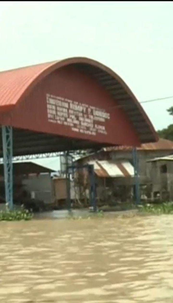 На Филиппинах сотни спасателей достают тела погибших от оползня