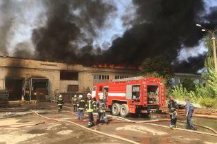 В Житомире масштабно горит картонный комбинат