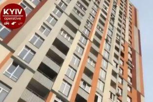 У Києві металева конструкція впала з 21-го поверху та вбила жінку