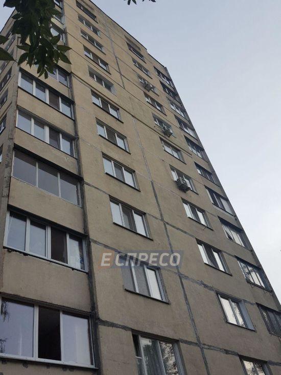 Дівчина-підліток вистрибнула з 11-го поверху висотки в Києві