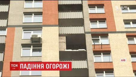 У Києві жінка загинула після того, як на неї впала балконна огорожа