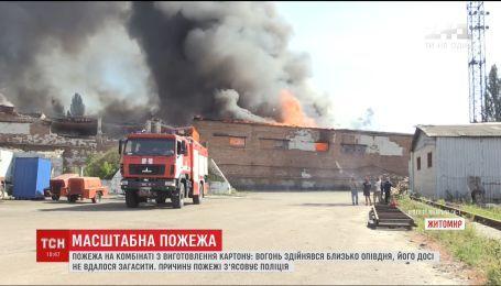 Масштабна пожежа сталася на картонному комбінаті у Житомирі