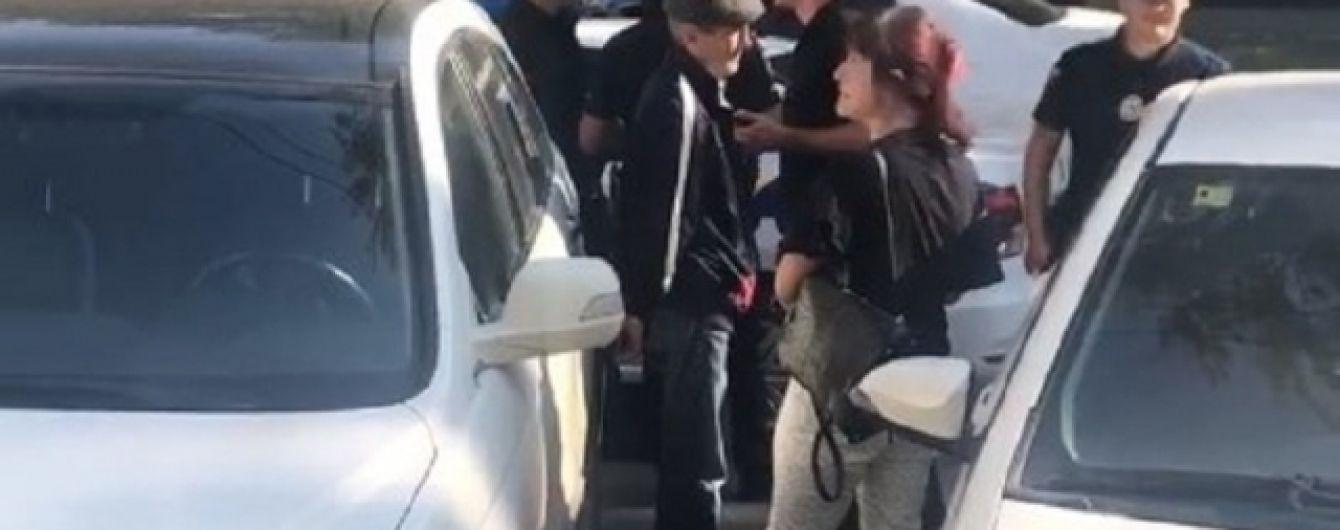В Одесі жінка заблокувала викрадача її авто до приїзду поліції